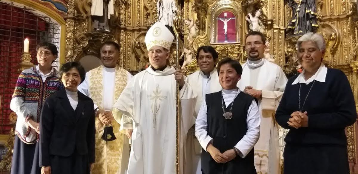 Hermanas Nazarenas reunidas con monseñor Carlos Samaniego, Obispo Auxiliar de la Arquidiócesis (centro).