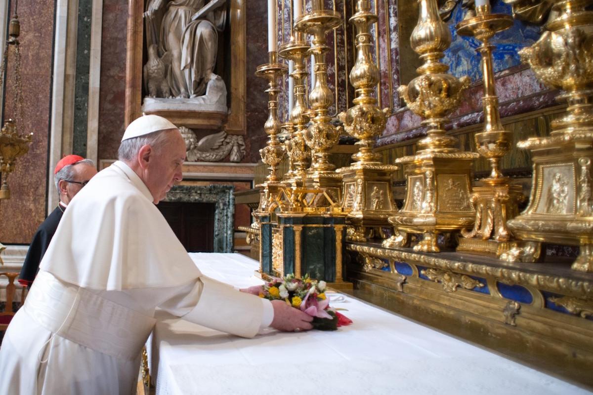El Papa Francisco coloca flores a los pies de la Virgen de Santa María la Mayor.